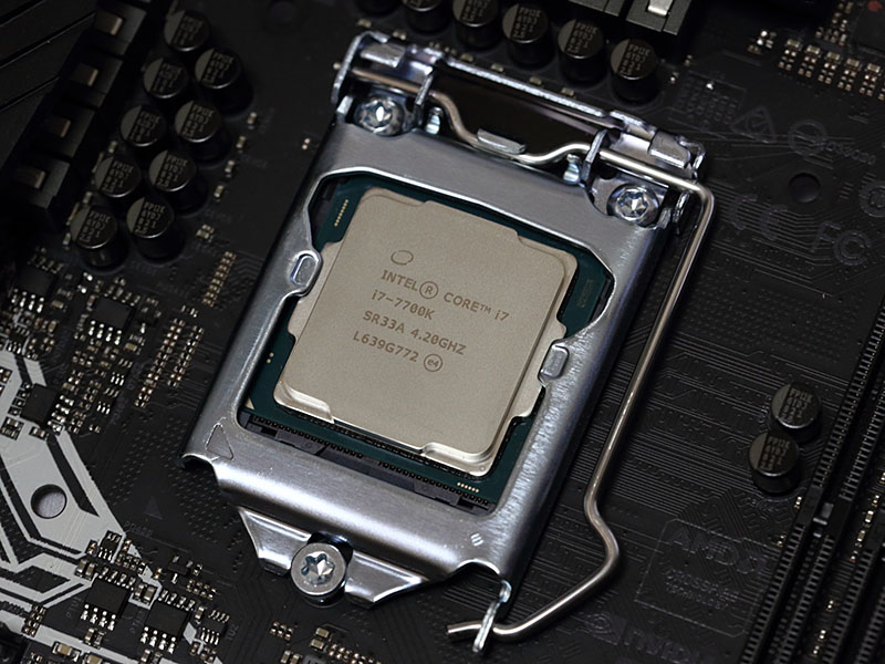 CPUはIntel Core i7-7700K。4.2GHz~4.5GHzで動作する4コア8スレッドCPU。