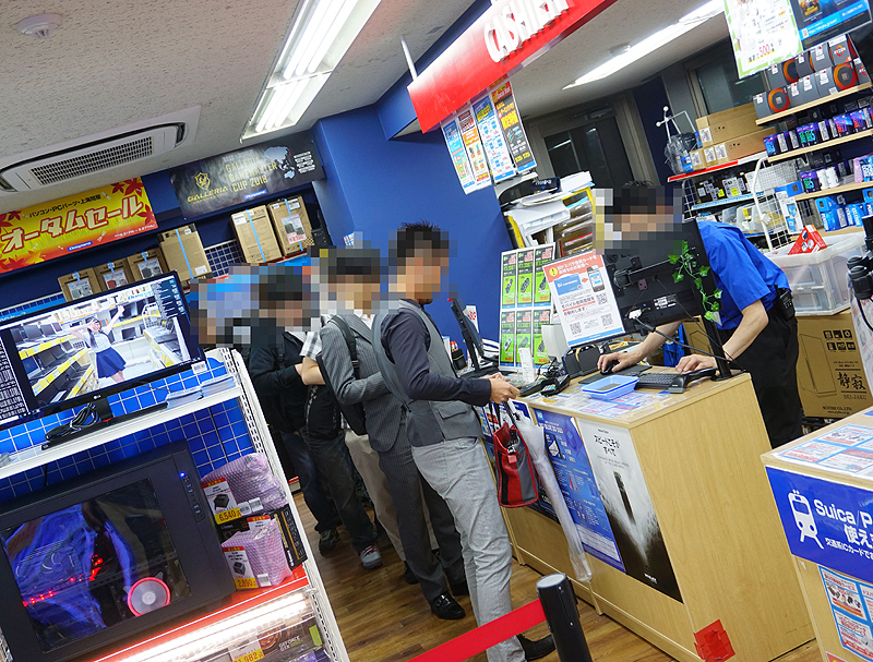 "<a href=""/shop/at/dosv_paradise.html"" class=""deliver_inner_content"">ドスパラ秋葉原本店</a>は26日(水)19時から先着販売を実施。店内には、多い時で15名ほどの列が出来ていた。"