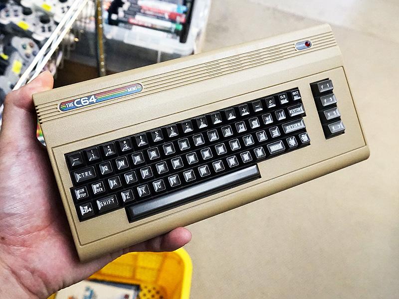 コモドール64が手の平サイズのゲーム機として復刻、「THE C64 Mini」が直輸入64種類ものゲームソフトが収録、ジョイスティック付き