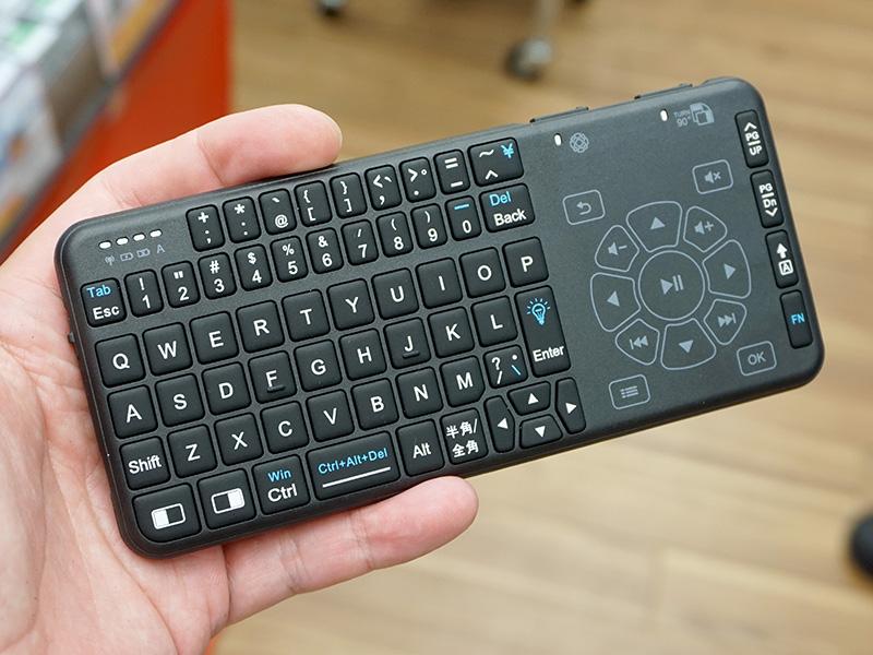 スマホサイズのタッチパッド付き無線キーボードに日本語モデル、価格は2,999円PlayStation 4やNintendo Switchでも動作