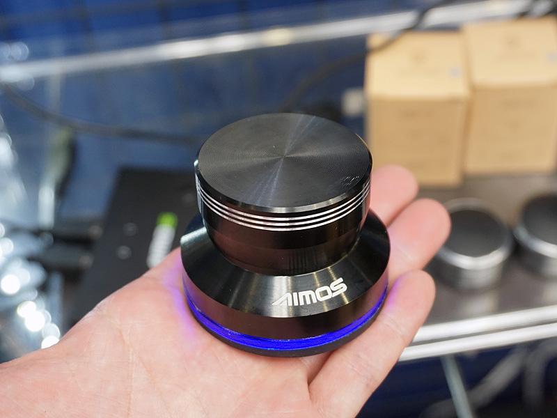 手元で音量調整が可能、アルミ合金製USBボリュームつまみが上…